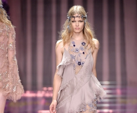 Foto: Atelier Versace v Parizu navdušil s sanjavo kolekcijo