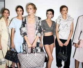 Modna urednica raziskuje poletni luksuz