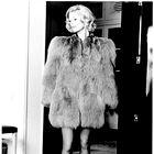Model v 'neprimerni' krzneni jakni. (foto: hans feuer, sophie carre in promocijsko gradivo FUNDATION PIERRE BERGE YVES SAINT LAURENT)