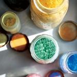 Zbirka barvnih pigmentov, ki sta jih Jackson in Lee shranila po nekem umetniškem projektu. (foto: ©ASSOULINE PRESS, ©ROBYN LEA, ASSOULINE.COM)