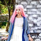 Plašč Stefanel, 270 €; obleka Twin-Set, 209 €; zapestnica Estella Bartlett, 28,50 €. (foto: Fulvio Grissoni)