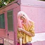 Bluza Massimo Dutti, 79,95 €; kratke hlače Penny Black, 89 €; zapestnice Neon Stripe Postcard & Bracelet Gift, 26 €/komplet treh. (foto: Fulvio Grissoni)