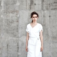 Obleka Weekend Max Mara, 258 €; krilo Polo Ralph Lauren, 299 €; čevlji Michael Michael Kors, 179 €. (foto: Peter Giodani)