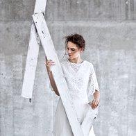 Top Imperial, 71 €; bluza spodaj Derhy, 199,99 €; kratke hlače Emporio Armani,  299 €; sandale Eugenia Kim, 489 €. (foto: Peter Giodani)