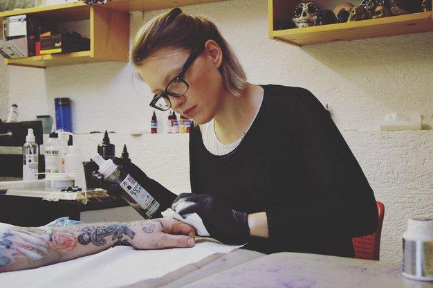 Špela Kobal, mojstrica tetovaž, nas je prevzela s svojo 'ČUDNOVITOSTJO' - Foto: PrtSc Instagram @tetovarna