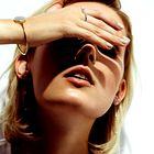 Obleka Marina Yachting, 189 €; zapestnica s cirkoni Michael Kors, 119 €; uhani iz belega zlata z briljanti Tomislav Loboda, 1.464 €; verižica z obeski iz belega zlata in briljanti Ititoli, 2.400 €; prstan iz srebra s cirkoni na palcu Ti Sento, 47 €; (z leve proti desni) prstan iz srebra s cirkoni na kazalcu Pandora, 49 €; prstan iz belega zlata z diamanti na kazalcu Leo Pizzo, 1.160 €; prstan iz srebra in z rožnato pozlato na sredincu Ti Sento, 57 €. (foto: Mimi Antolović)