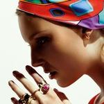 Obleka Marina Yachting, 159 €; ruta FreyWille, 290 €; uhani iz zlata z ognjenim opalom Pomelato, 1.800 €; od zgoraj navzdol prstan iz zlata s sintetičnim rubinom na prstancu Pomelato, 790 €; prstan iz zlata z limon citronom Marco Bicego, 330 €; prstan iz zlata z granatom Pomelato, 1.800 €; prstan iz rumenega zlata Fope, 650 €; prstan iz zlata z opalom na sredincu Helena Umbergar, 289 €; prstan iz zlata z rubinom in olivinom na kazalcu Skušek, 560 €. (foto: Mimi Antolović)