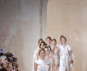 PFW: Balenciaga za naslednjo pomlad napovedala belino
