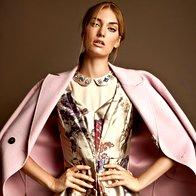 Obleka Luisa Spagnoli, 440 €; plašč Marella, 467 €; majica Stefanel, 99 €;  broška Parfois, 8,99 €. (foto: Žiga Mihelčič)