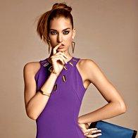 Obleka Versace Collection, 419 €; širša zapestnica Marx, 9,99 €; zapestnica Six, 7,95 €; uhani Six, 4,95 €; prstan Six, 5,95 €; torbica SMH, 34,95 €. (foto: Žiga Mihelčič)