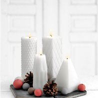 Čisto preprosta kompozicija s štirimi različnimi svečkami (foto: profimedia)