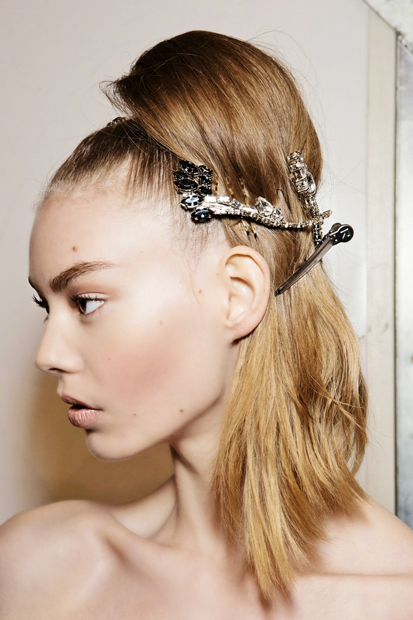 Potrebnih je le nekaj minut, da običajen čop spremenite v stvaritev, ki se nosi na modnih brveh. Čop lahko zavežete v vozel in ga še enkrat učvrstite z elastiko, lahko ga po vzoru Pradinih deklet z okrasno lasnico preprosto spnete ob glavi ali pa prepognete in učvrstite z lasno sponko.  Osvežitev (Prada)