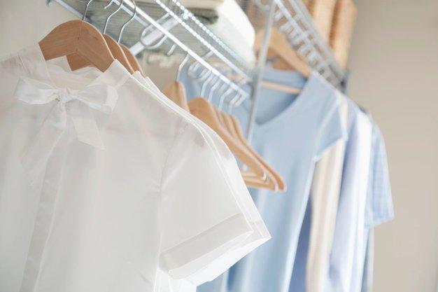 Tako preprosto iz majice odstranite madeže pudra! - Foto: Profimedia