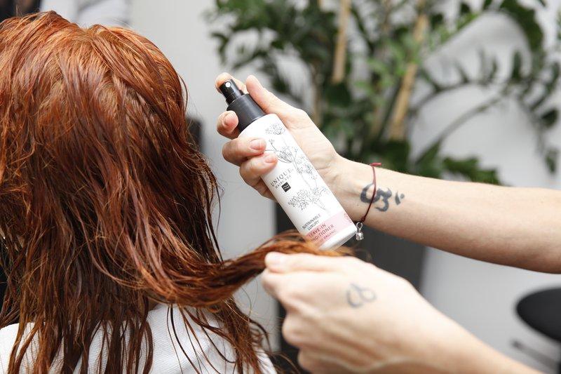 Na Mojčine lase so nanesli Leave-in utrjevalec za lase
