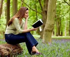 6 knjižnih novosti za tople spomladanske dni - tudi podarjamo!