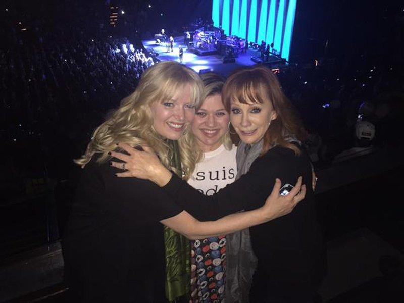Kelly Clarkson (v sredini) in Reba McEntire (desno)