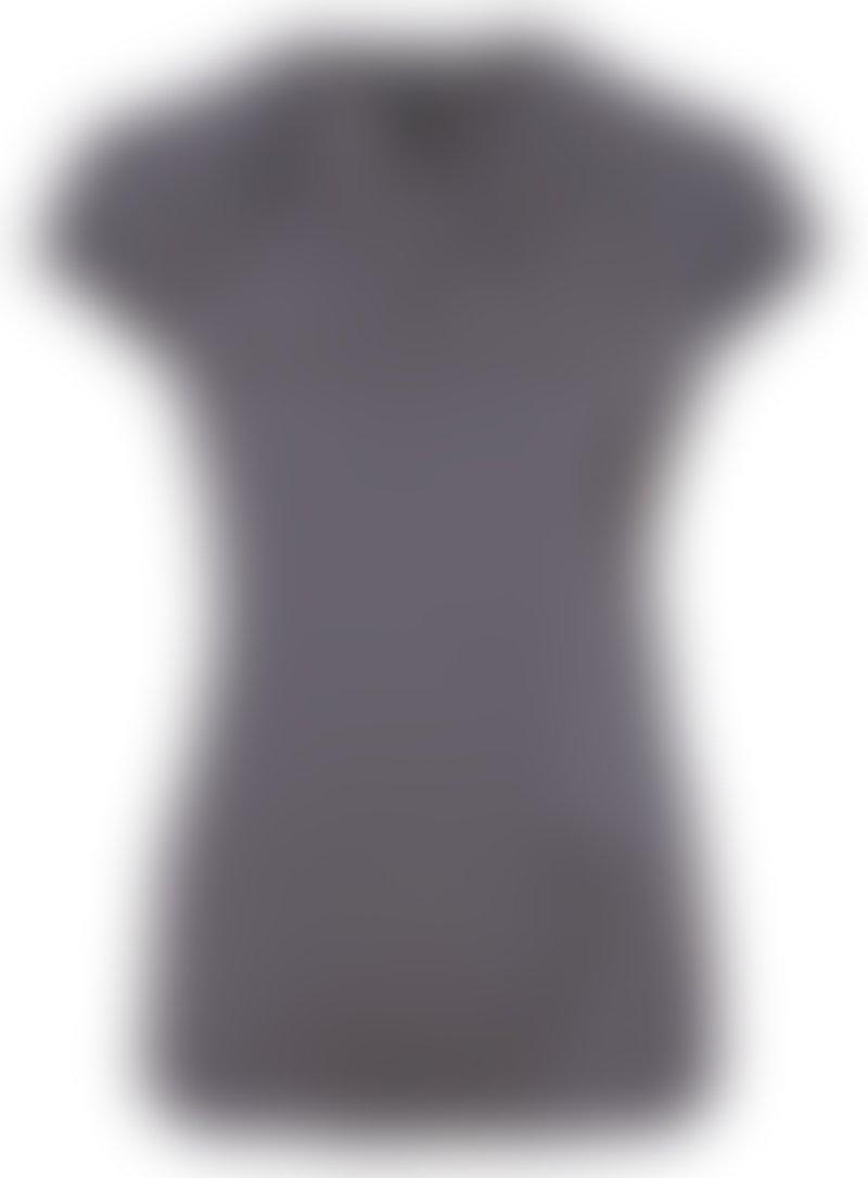 Comma Slovenija zmagovalki nagradne igre podarja kratko majico z modnimi grafičnimi vzorci.