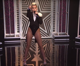 "Miley Cyrus poje ""I'm your man"" in ""I'm a woman"". Vau!"