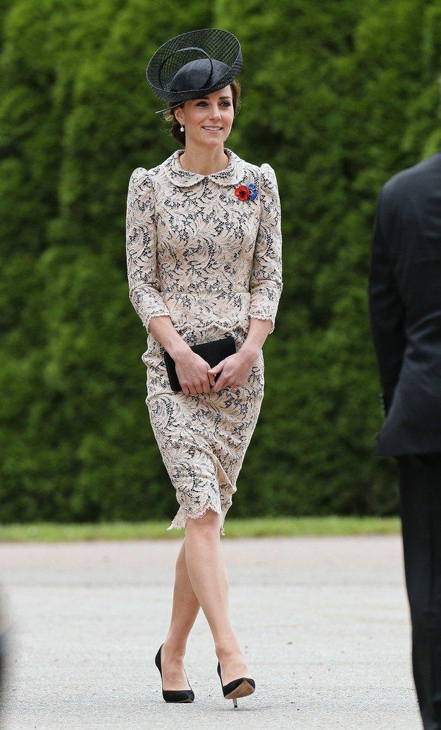 1. julij 2016 Kate je na spominski slovesnosti ob obletnici bitke na Somi, v Franciji, nosila belo pepelum obleko z …