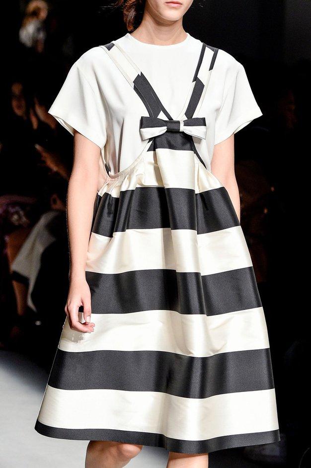1. Pod črtasto obleko v modri in beli barvi oblecite preprosto belo majico. Preprost, a še kako moden grafični učinek ...