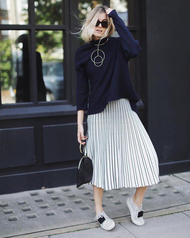 Na ulicah Pariza so v elegantnem plisiranem krilu in ...