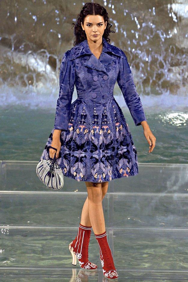 Fendi praznuje 90 let: Revija visoke mode na znamenitem vodnjaku Trevi Italijanska modna hiša Fendi je proslavila 90 let obstoja …