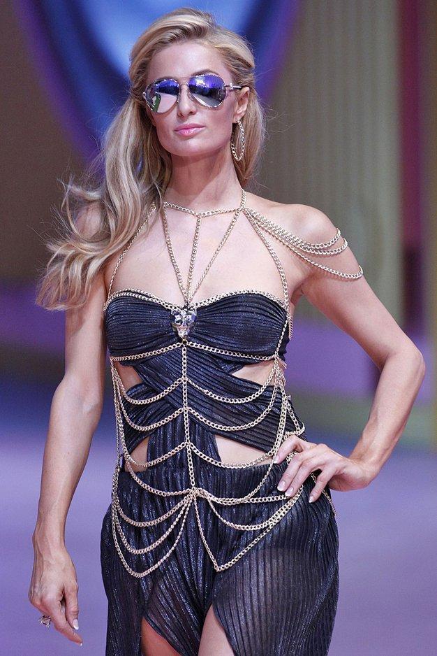 1. Paris Hilton … se je kot gostja udeležila modne revije Philippa Pleina ...