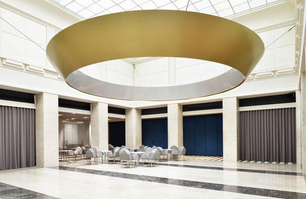 Osrednja avla Banke Slovenije je imela do prenove značaj javno dostopne, monofunkcionalne bančne dvorane. V njej so obratovali bančne blagajne …