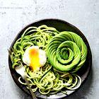 #ELLEKUHA: Špageti iz bučk s pestom iz arašidov, poširanim jajcem in avokadom