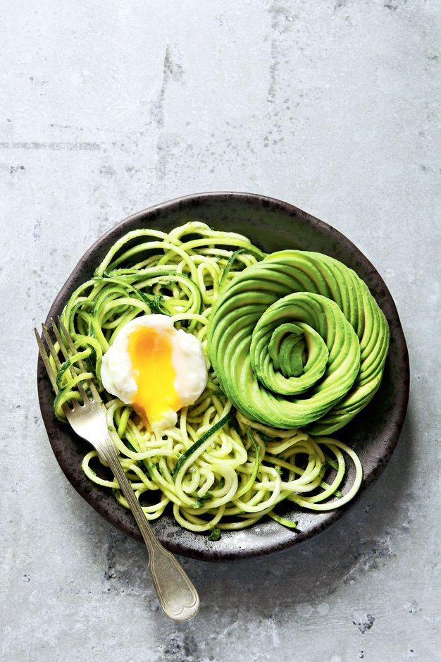 #ELLEKUHA: Špageti iz bučk s pestom iz arašidov, poširanim jajcem in avokadom - Foto: Profimedia