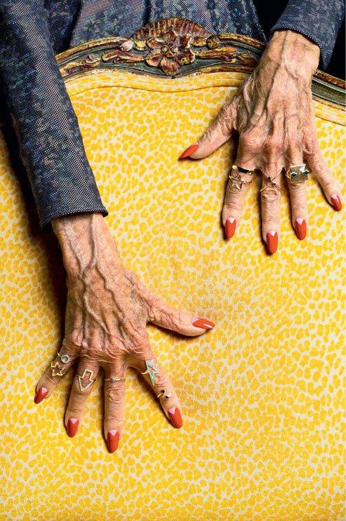 V zadnji kolekciji nakita - Magic Hands - je modne kose nakita predstavila na rokah starejših žensk. Za svoji muzi …