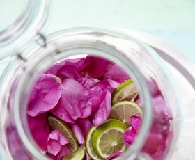 Kako pripraviti cvetlično dišavo kar doma?
