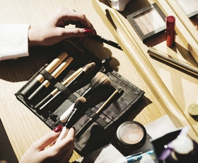 5 načinov kako najlažje očistiti čopiče za ličenje in se izogniti madežem na koži?
