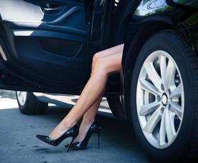 Kako najlažje napolniti avtomobilsko pnevmatiko? (To bi morala prebrati vsaka ženska!)