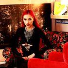 Vau, slovenska glasbenica Raiven navdušuje z nakitom oblikovalke Katje Koselj