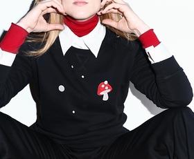 Peter Movrin x Viva's: Črni pulover iz organskega bombaža z rdečo mušnico, ki ga boste želeli imeti