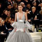 FOTO: Utrinki predstavitve Chanelove Haute Couture kolekcije za pomlad-poletje 2017