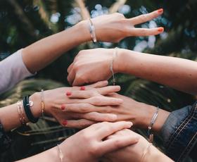 Hit poletja: Zapestnice, ki iskreno povedo, kdo si