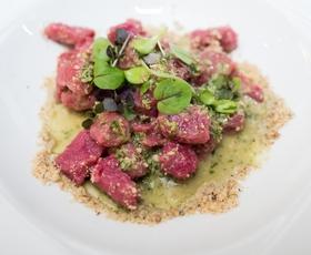 Recept: Pesini njoki s poletnim pestom in veganskim parmezanom (Zdravo, Tereza!)