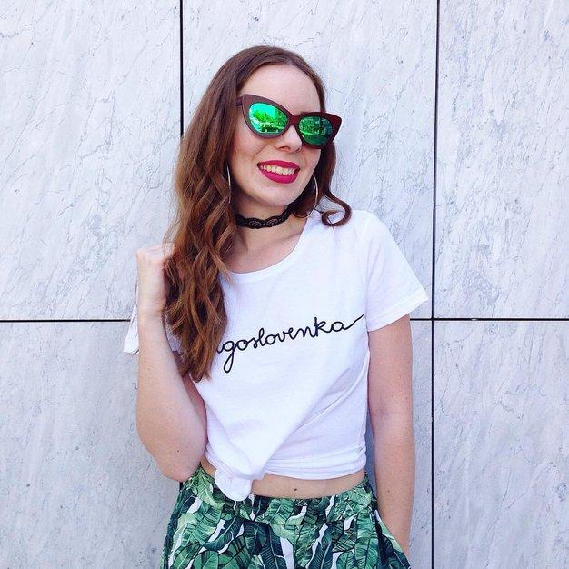 Bela majica z najrazličnejšimi napisi je popolna izbira za poletne dni.