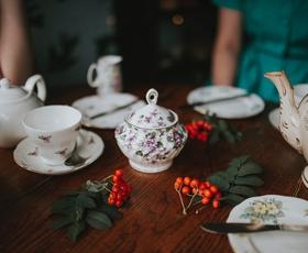 Kako piti čaj kot dama? TAKO!