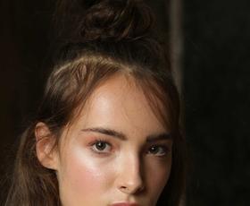 VIDEO: Kako na svojem obrazu ustvarite jesenski 'glossy' videz?