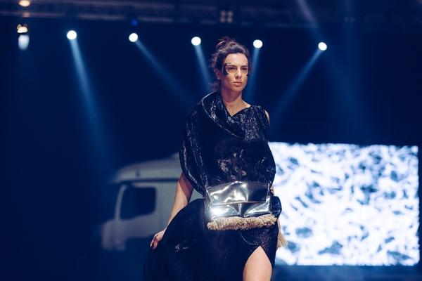 Največje število prijav na nagradni natečaj Mercedes-Benz Fashion Award, razširjen spremljevalni program z dvema okroglima mizama, 16 modnih revij, ter izjemen otvoritveni modni performans so napolnili doslej največje prizorišče Mercedes-Benz Fashion Week Ljubljana.  Ljubljano so premierno obiskali tudi tuji kupci kolekcij in se pridružili številnim obiskovalcem iz tujih držav. Obiskovalci uradnega tedna mode nemške avtomobilske znamke so MBFWLJ prepoznali kot napredno platformo, ki mladim talentom omogoča prvi stik z medijsko pokrajino, uveljavljenim blagovnim znamkam pa neprecenljivo povezavo z novimi strankami in poslovnimi kupci.