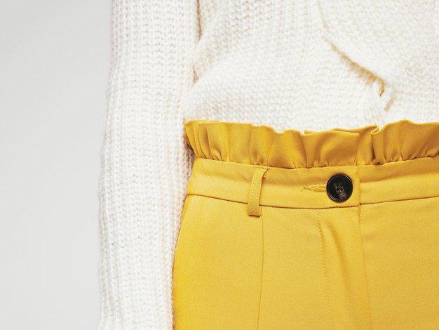 Ne veste, kako kombinirati rumene hlače? Kaj pravite na TOLE? - Foto: Mango