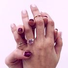 Že veste, kaj zvezdnice sporočajo s prstanom na mezincu? (+kje se ga kupi)