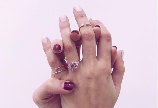 Že veste, kaj zvezdnice sporočajo s prstanom na mezincu? (+kje se ga kupi) - Foto: Instagram ShiffonCo