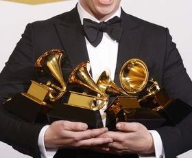 Včerajšnja darilna vrečka na Grammyjih je vključevala cirkuški trening in personalizirano kitaro!
