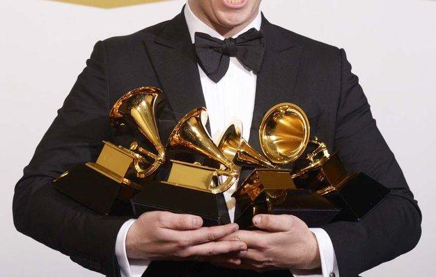 Včerajšnja darilna vrečka na Grammyjih je vključevala cirkuški trening in personalizirano kitaro! - Foto: Profimedia