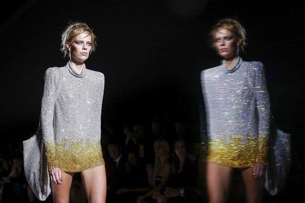 1. Bleščice so bile na tednih mode precej pogost element. Poleg Toma Forda (na fotografiji), smo jih videli tudi na ...