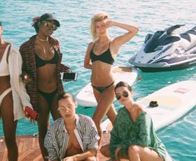 FOTO: Bella Hadid in Kendall Jenner na rajskih počitnicah nista imeli zavor!